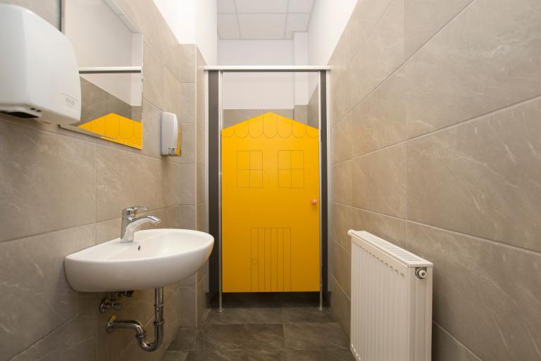Kabiny WC na wysokich słupkach z płyt intensywnych
